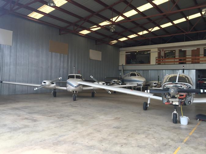 El taller con un Beechcraft King Air al fondo.
