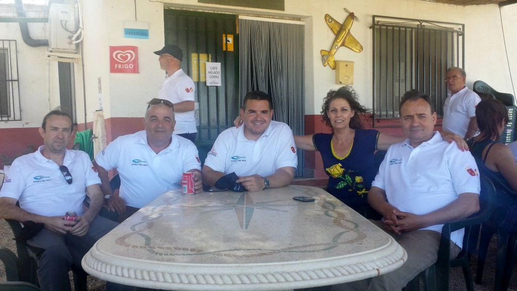Mi socio Antonio Jarols con su mujer Mª José, y el binomio Hugo-José, planificando una de nuestros rallies aéreos